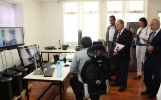 El doctor Hernández visitó el Centro de Monitoreo, donde se le explicó que más de 150 vistas de cámaras vigilan diariamente el Campus. (Foto: OCM / Ruth Garita).