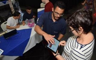 El público votó por su proyecto favorito con el uso de una aplicación proporcionada por la plataforma Go Touch del TEC. (Foto: Andrés Zúñiga/OCM)