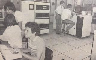 El Centro de Computo del TEC fue creado en 1976. Su fin era apoyar a la docencia. Periódico institucional  Estructura. Primera quincena de mayo de 1987.