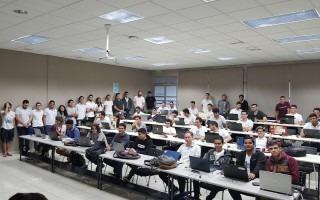 Grupo de estudiantes integrantes de la Comunidad de Aplicaciones Móviles reunidos en un aula.