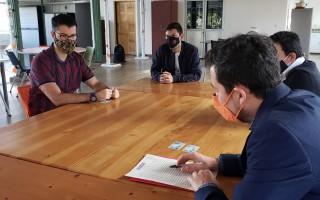 El abogado y los emprendedores en la mesa, con las escrituras.