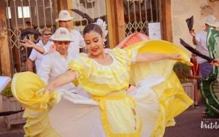 parejas bailando folclore