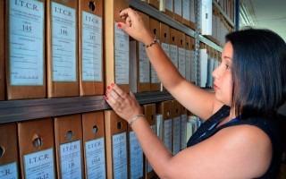 Wendy Rivera gestiona la documentación de archivo según la clasificación orgánica-funcional que utiliza el TEC. (Foto: Ruth Garita)