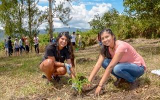 joves mujeres estudiantes sembrando un árbol en el tec