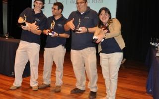 El grupo Acuaticos, ganador del segundo lugar, se muestra orgulloso de su premio.