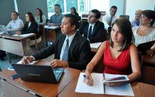 estudiantes en clase de administración de empresas