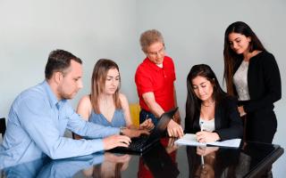 grupo de personas en mesa de trabajo