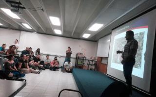 profesor con estudiantes en auditorio