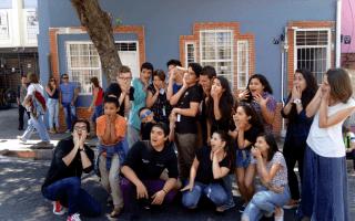 Jóvenes del taller de teatro posan con caras de susto.