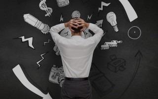 Imagen de un hombre de espalda con las manos sobre la cabeza.