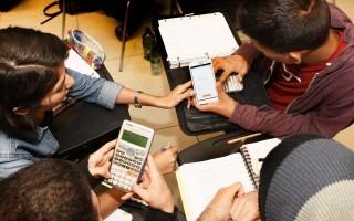 Estudiantes reunidos realizando cálculos matemáticos.