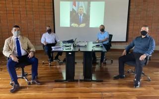 La fotografía muestra parte de la reunión en el edificio D3. Los ejecutivos sentados en su silla, frente a una mesa.
