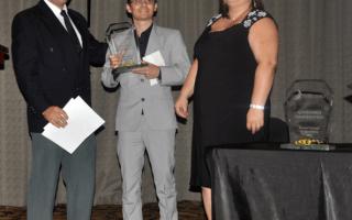 Juan Carlos Herrera recibe el premio estudiantil de Asoelectronica.