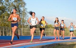 Imagen de varias estudiantes compitiendo en atletismo.