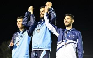Imagen de tres muchachos tomados de las manos recibiendo la medalla.