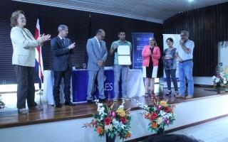 personas en un escenario con certificado de acreditación