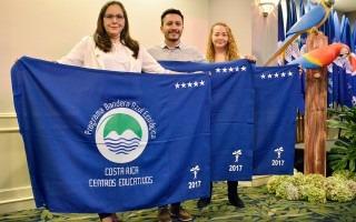 tres personas con banderas azules