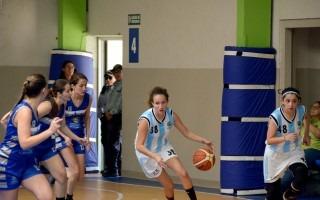 mujeres jugando baloncesto