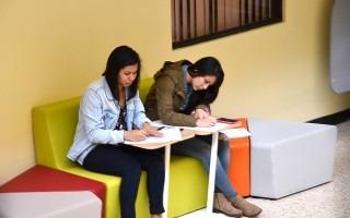 Estudiantes de los cursos de verano del TEC utilizan los nuevos muebles de la Biblioteca. (Foto: OCM)