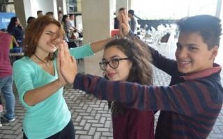 Tres estudiantes realizan un juego.