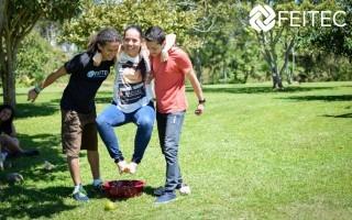 Dos hombres tienen a una mujer cargada, con el objetivo de que no ponga los pies en el suelo, porque están compitiendo y el que equipo que dure más tiempo, es el ganador.