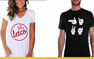 Dos modelos luciendo camisetas con leyendas en Lesco.