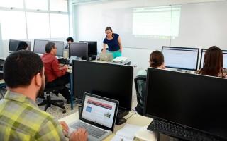 personas en laboratorio utilizando computadoras