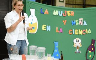 En la fotografía la física Natalia Murillo visita a los niños del TIPTEC para hacer experimentos con ellos