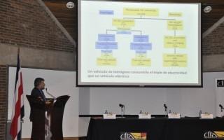 carlos_roldan_exponiendo_en_auditorio_del_colegio_ingenieros_arquitectos_