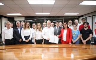 gobierno, rectores y estudiantes en la firma del acuerdo