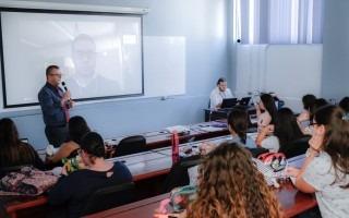 Imagen de varios estudiantes observando el experto internacional, por videoconferencia.