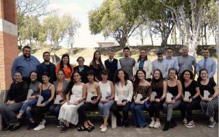 En la fotografía posan las 12 integrantes de la Comisión Feminista y los miembros del Consejo Institucional.