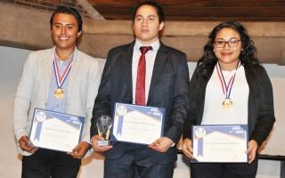 tres jóvenes con medalla