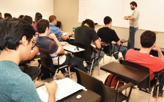 profesor impartiendo lecciones