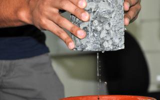 Demostración de agua siendo filtrada por concreto permeable.
