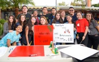 estudiantes con pancartas que hicie