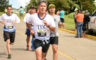 persona_corriendo_usando_camiseta_del_tec_