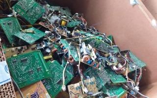 Imagen con residuos de computadoras