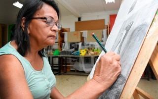 Trinidad Garita participa en el curso de Dibujo impartido en la Unidad de Cultura del TEC. (Foto Ruth Garita/OCM)