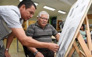 profesor_de_dibujo_artistico_dando_lecciones_a_alumno_