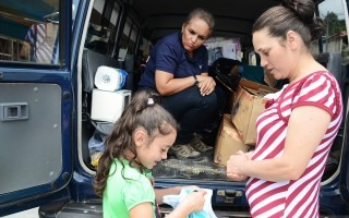 Una madre y su hija reciben donaciones.