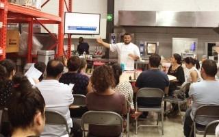 Un grupo de personas atiende a las lecciones de un chef.