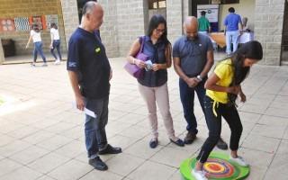 estudiante en compañía de padres jugando matemática