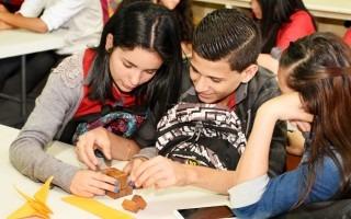 Los estudiantes de EMAC motivan a alumnos de colegios para que aprendan matemáticas a través de juegos, magia, ejercicio, entre otros. En este caso, el cubo soma es un cuerpo de madera, formada por seis piezas distintas.