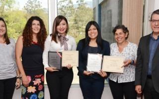 Laura Queralt, Paola Durán, Crisly González (homenajeada), María Estrada (homenajeada), Ana Rosa Ruíz y Julio César Calvo; en la entrega del reconocimiento.