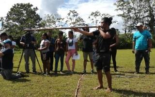 estudiantes indígenas en grupo