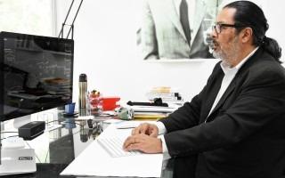 el_diseñador_franklin_hernandez_utiliza_software_