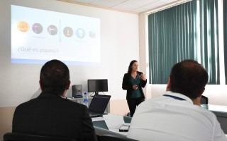 Laura Barillas presenta su investigación.