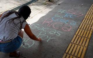 persona escribiendo en piso de pasocubierto del TEC