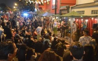 imagen de personas disfrutando del arte en festival Amón Cultural